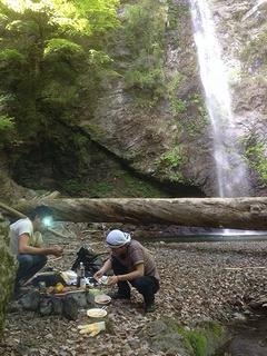 滝でバーベキューした写真